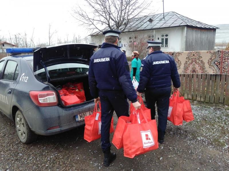 Cadouri de la jandarmi pentru copii din familii nevoiașe - FOTO