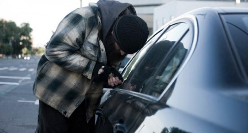Hoț de mașini, prins de proprietar și reținut de polițiști