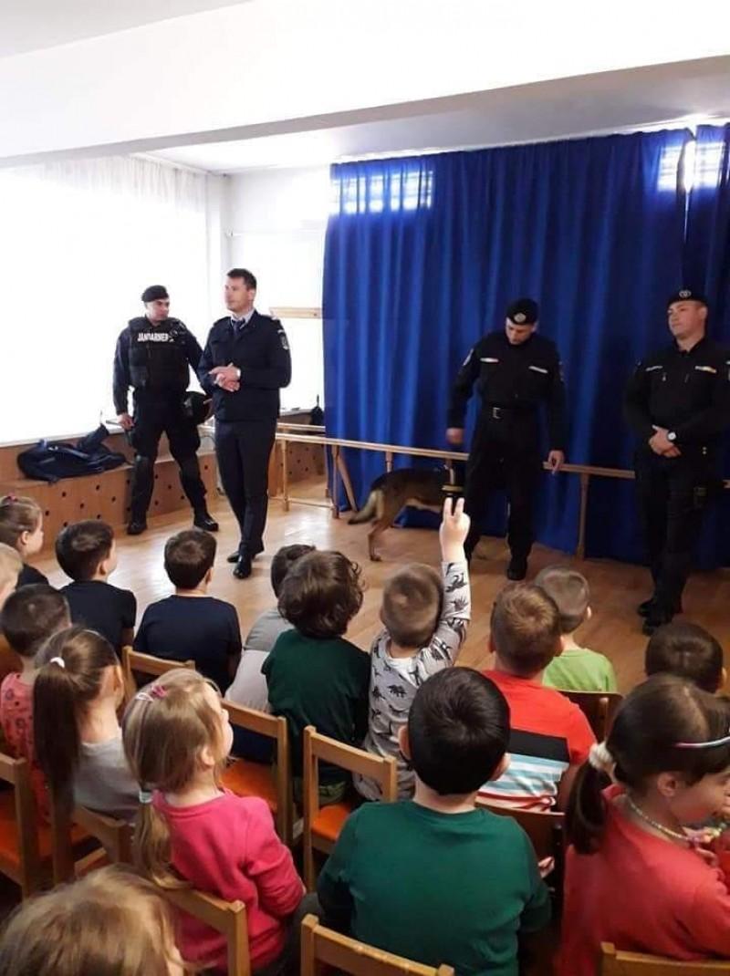 Jandarmii botoșăneni au discutat cu copiii de la grădiniță
