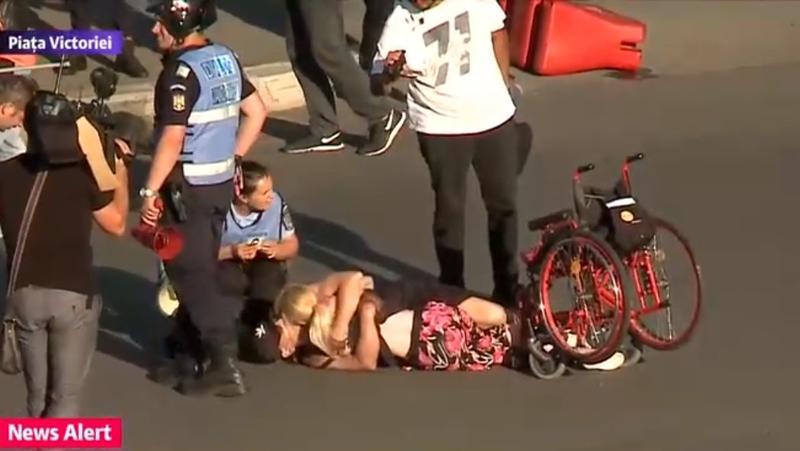 Lor cine le cere scuze? Povestea uneia dintre cele mai tulburătoare imagini de la protestele de vineri!