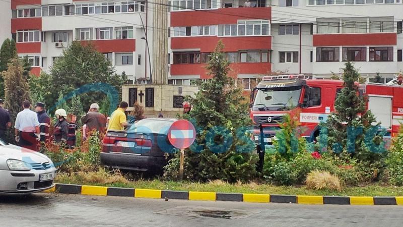 Mașină proiectată pe un scuar de pe Calea Națională! Două persoane au rămas blocate! FOTO
