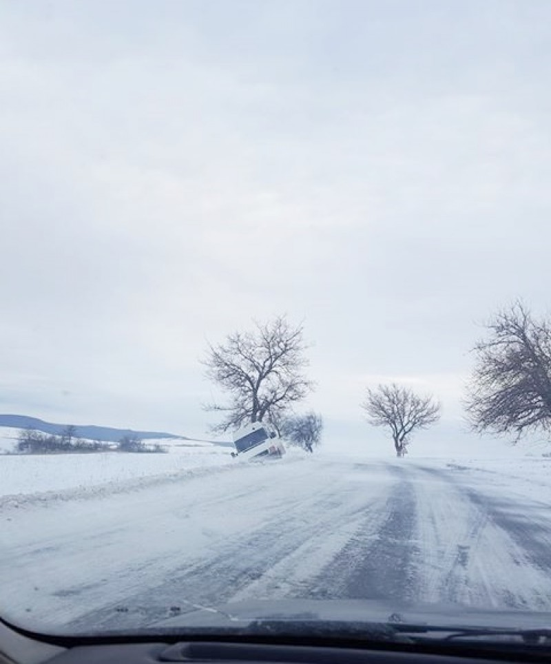 Probleme din cauza viscolului și pe drumul Botoșani-Dorohoi! Mașină ajunsă în șanț!