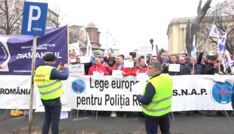 VIDEO Politistii protesteaza la sediul Ministerului de Interne pentru majorarea salariilor si a sporurilor!