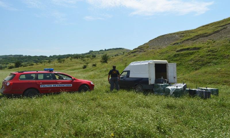 Maşină abandonată pe un câmp, ridicată de poliţiştii de frontieră. Şoferul s-a ascuns în vegetaţie! FOTO