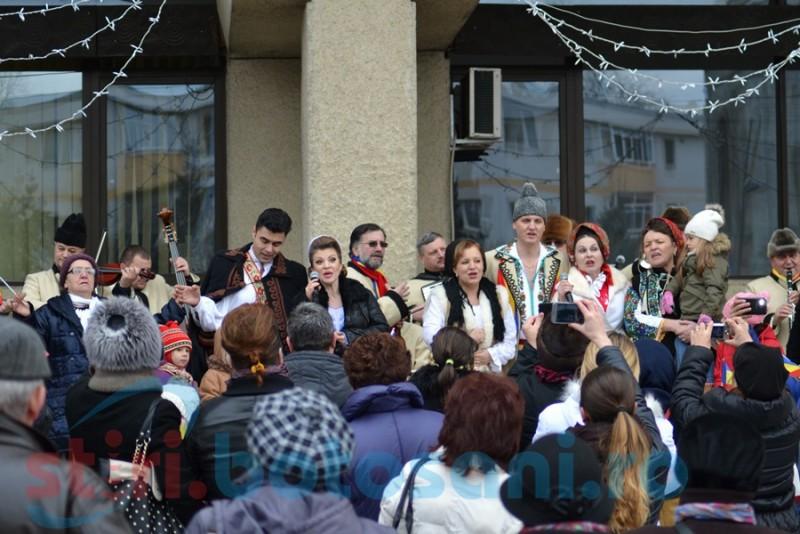 Recital în fața Palatului Administrativ, de 1 Decembrie. Spectacolul, deschis de Fetele din Botoșani
