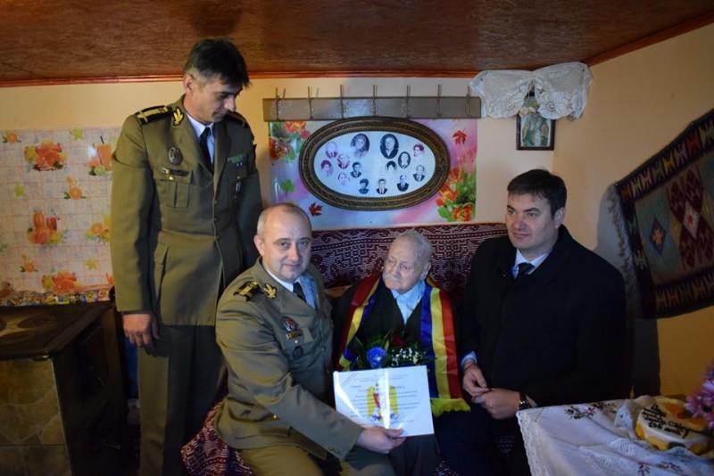 105 ani de viaţă, sărbătoriţi în mijlocul familiei de Vasile Chipoancă, veteran de război! FOTO