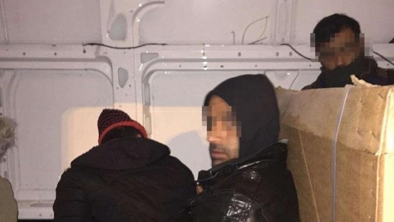 15 cetăţeni irakieni prinşi înainte să iasă ilegal din România, ascunşi în interiorul unei autoutilitare