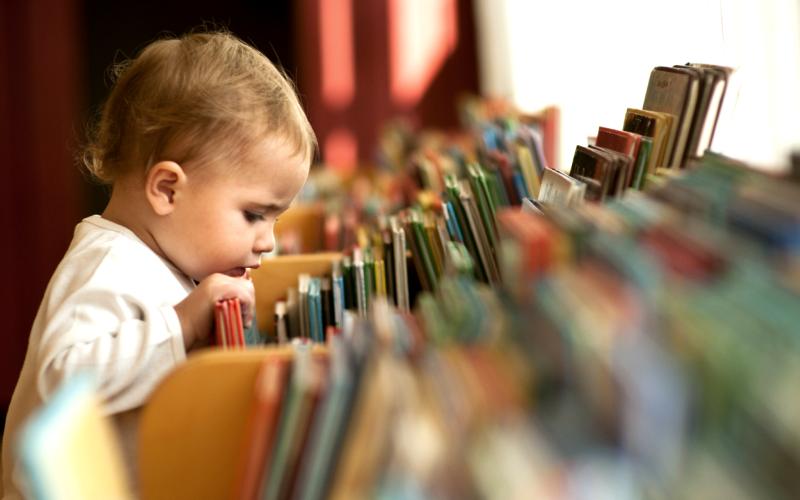 16 pași de urmat dacă vrei să crești un cititor înrăit