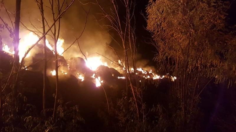 300 de tone de furaje distruse într-un incendiu, la Mitoc. Cauza probabilă, acțiunea intenționată! FOTO, VIDEO
