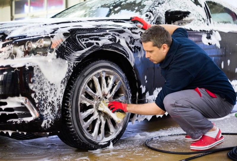 5 greșeli care îți distrug mașina la spălat și cum le poți evita