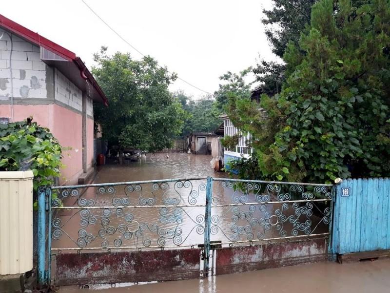 600 de forţe ale MAI şi voluntari, în sprijinul botoşănenilor afectaţi de precipitaţiile abundente