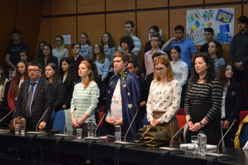 9 mai, sărbătorită de aproape 200 de elevi şi cadre didactice alături de conducerea Instituţiei Prefectului! FOTO