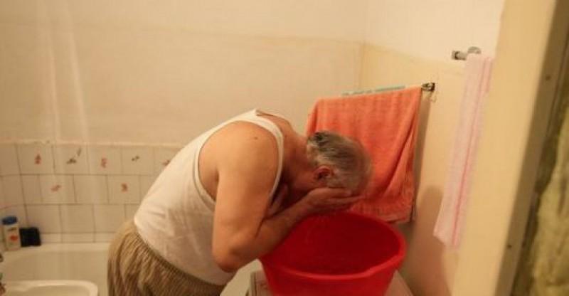 98% din românii din zona urbană din România primesc apă. În municipiu, în zona Călugăreni, oamenii se spală ca în urmă cu 100 de ani, la lighean, cu apă de la burlan!