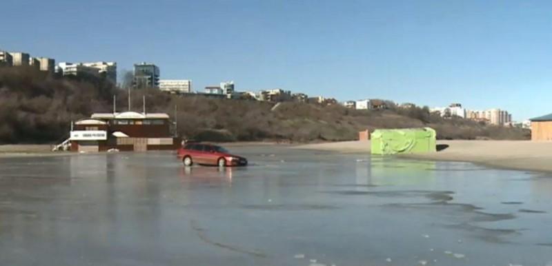 A ajuns de râsul internauților! Cum a rămas o șoferiță cu mașina înghețată în mare!