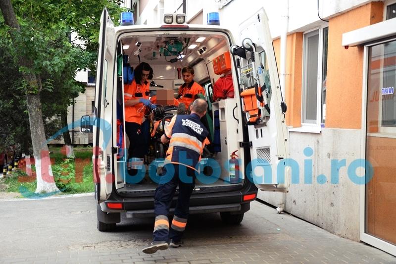 A ajuns la spital cu multiple plăgi abdominale, după ce a căzut de pe acoperiș pe un gard de sârmă!