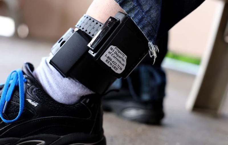 A devenit lege: Agresorii victimelor violenței domestice, monitorizați cu brățară electronică
