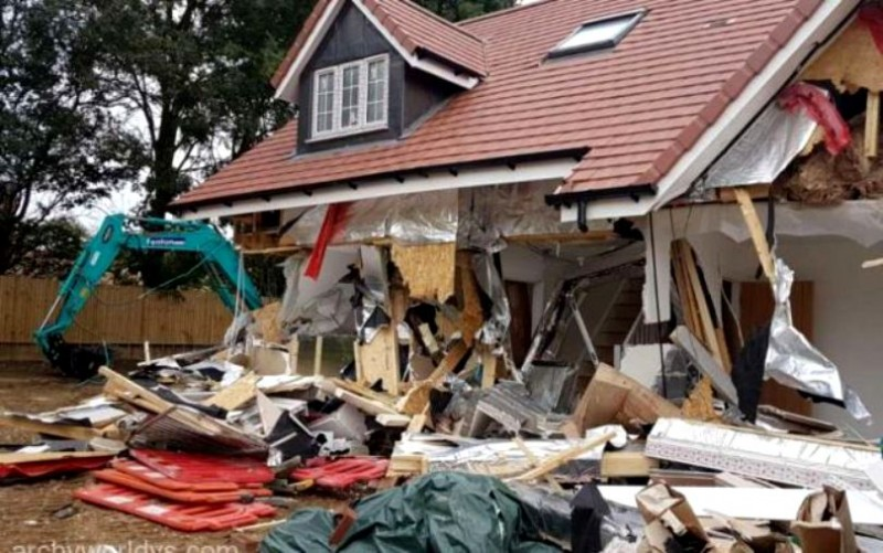 A distrus cinci proprietăţi cu excavatorul, după ce angajatorul nu l-a plătit la timp