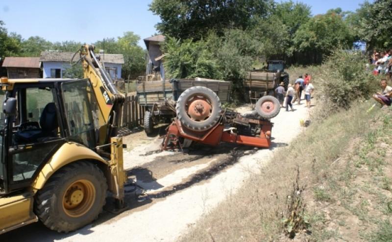 A fugit de la locul accidentului, dupa ce s-a rasturnat cu tractorul si a bagat un consatean in spital!