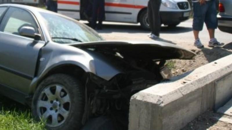 A furat din curte mașina și, beat la volan, s-a izbit într-un cap de pod!