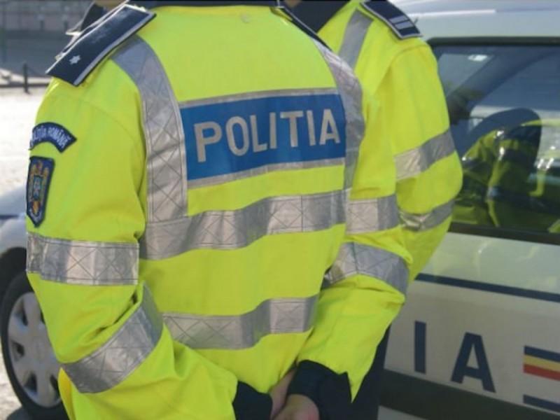 A ignorat semnalele polițiștilor, dar nu a durat mult și s-a izbit cu mașina într-un podeț de beton!