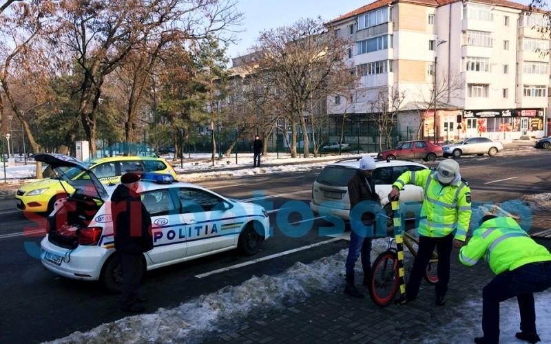 A intrat cu bicicleta într-o mașina aflată în mers! FOTO