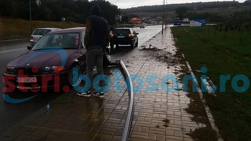 A intrat cu BMW-ul într-un stâlp din cauza vitezei! FOTO
