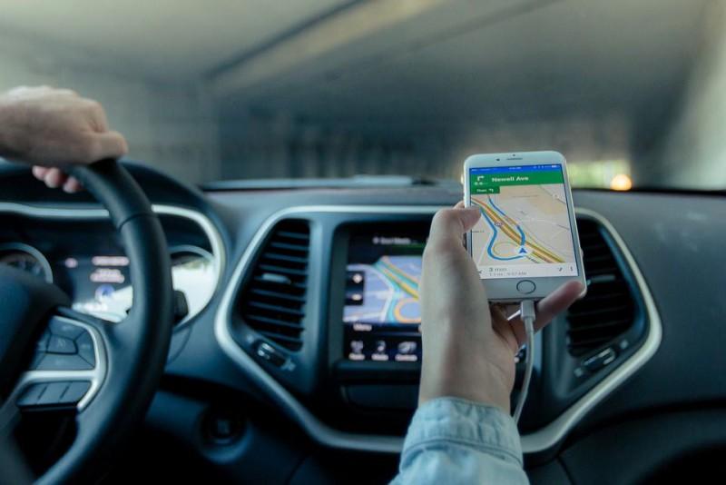 A montat un dispozitiv GPS sub mașina prietenei lui! Ce a urmat îi poate aduce închisoarea!