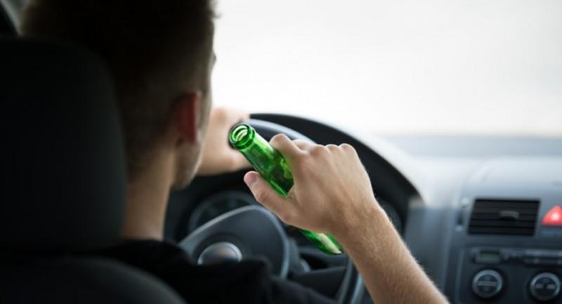 """A """"parcat"""" într-un copac: Tânărul de 19 ani a urcat la volan după ce a băut!"""