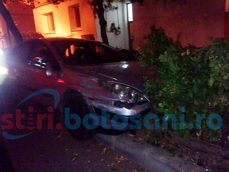 A rupt un gard, a izbit o mașină parcată, apoi și-a abandonat autoturismul și a FUGIT! FOTO