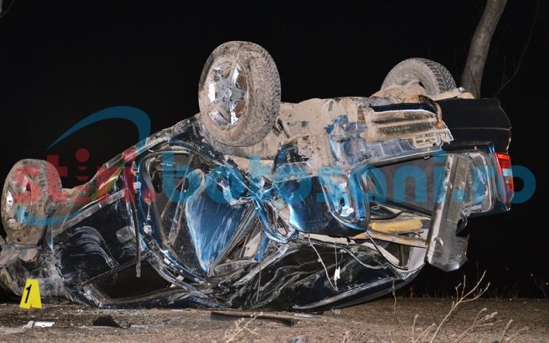 A scăpat ca prin MINUNE dintr-un accident rutier încredibil! Un tânăr din Roma a izbit cu mașina un copac, apoi s-a răsturnat! FOTO