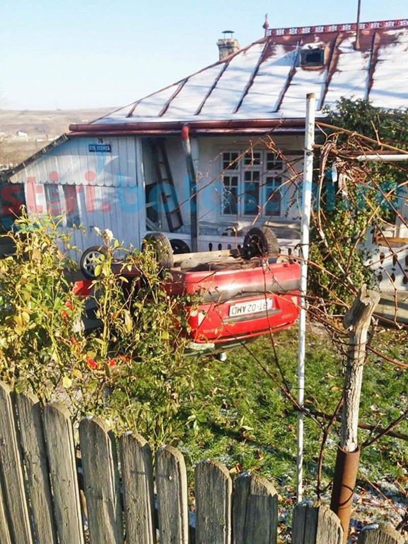 A spulberat un gard și s-a răsturnat cu mașina într-o curte din municipiul Botoșani! FOTO