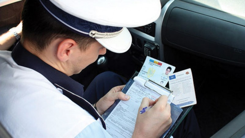 A vrut să-și impresioneze prietenul: Șoferița s-a ales cu dosar penal!