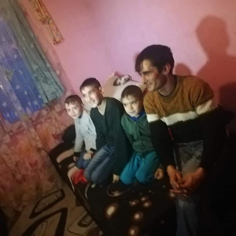 Abandonați de mamă, cinci copii dintr-o comună din Botoșani au nevoie de ajutorul semenilor