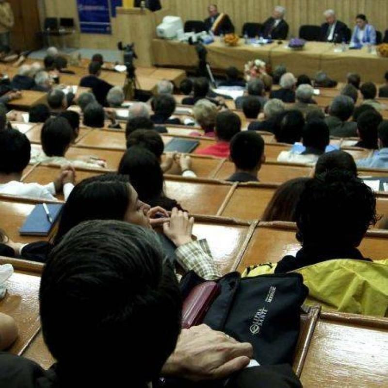 """Absolvenţii Universităţii """"Spiru Haret"""" au scăpat de reluarea licenţei!"""