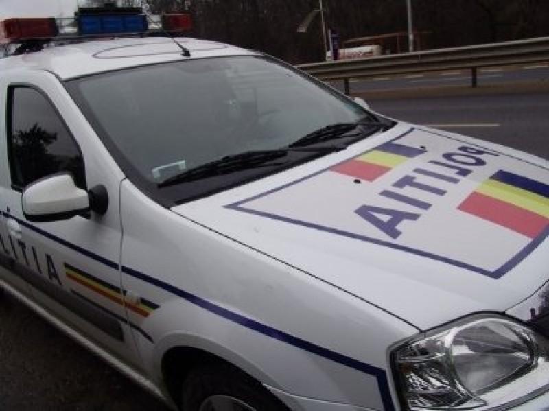 Aburit de alcool, un tânăr de 18 ani a intrat într-un chioșc, cu o mașină furată, după o plimbare cu polițiștii după el