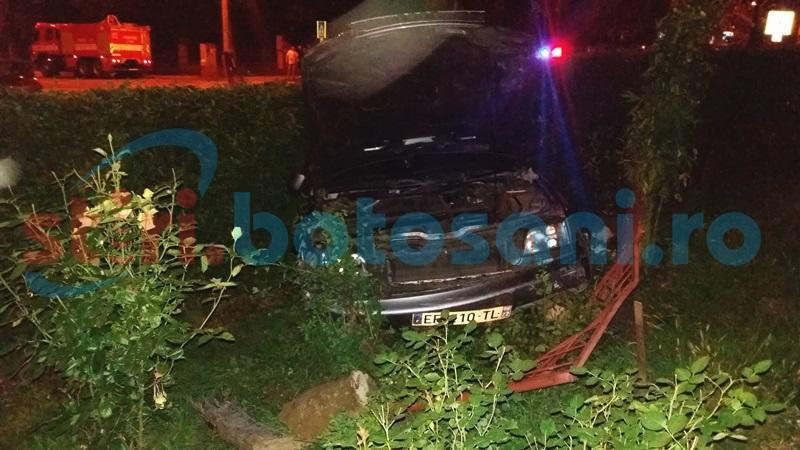 Impact violent în miez de noapte într-o intersecţie din Botoşani! Mamă şi fiu răniţi, şoferul vinovat a fugit! FOTO