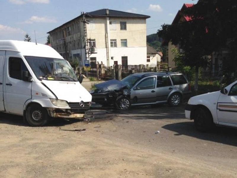 Accident provocat de un şofer băut din Botoşani! A intrat cu maşina înt-un şofer la fel de beat - FOTO
