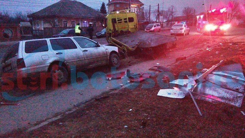 Mașini distruse de un TIR, la Flămânzi, după ce șoferul a adormit la volan! O persoană a fost rănită! FOTO