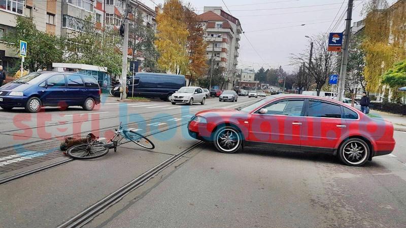 A intrat cu bicicleta într-o maşină, după ce şoferul nu i-a acordat prioritate! FOTO