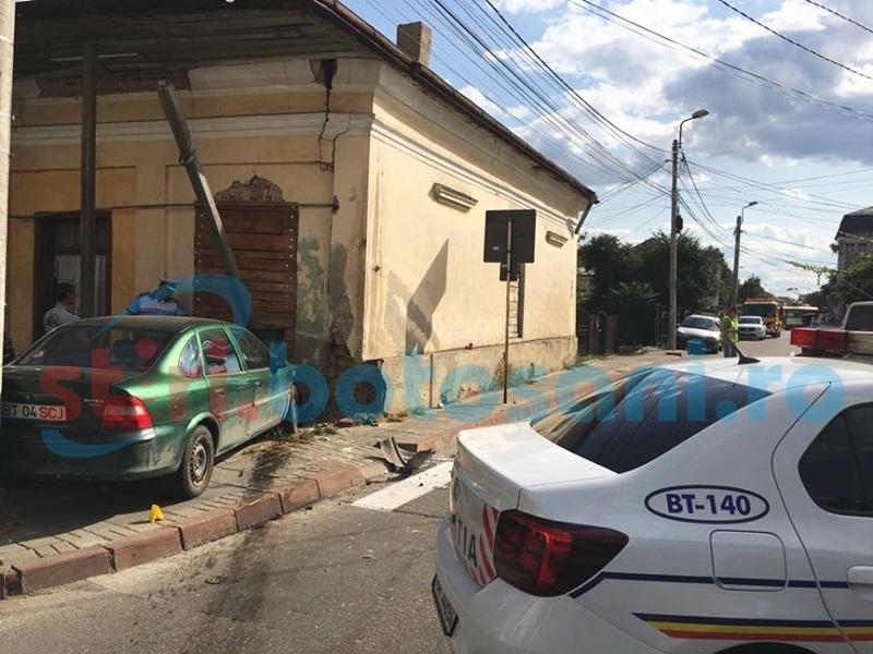 Autoturism intrat într-o casă, pe o stradă din municipiul Botoşani! Patru persoane rănite! FOTO