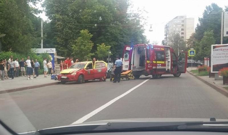 Accident pe Bulevardul M. Eminescu! Pasageră într-un taxi rănită după ce șoferul a intrat într-o altă mașină!