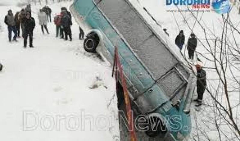 Accident ce se putea termina tragic! Un microbuz s-a răsturnat la Brăești