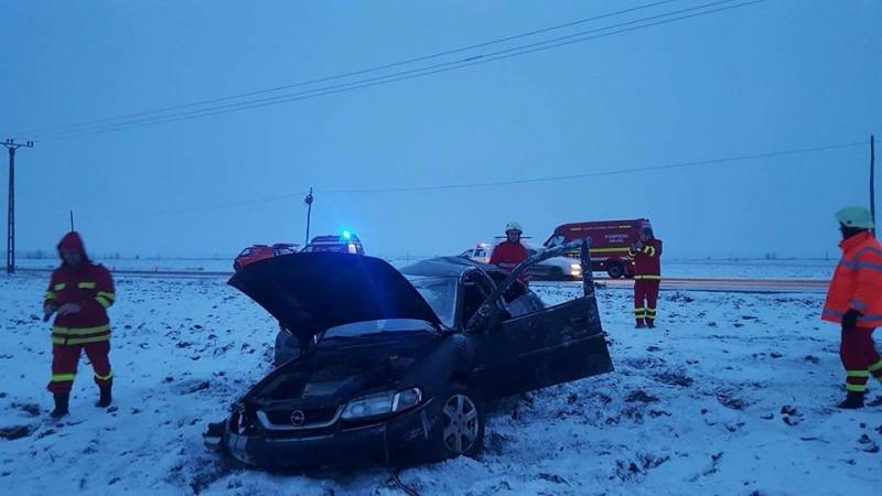 O mașină, cu cinci persoane, s-a răsturnat pe câmp! Șoferul, din Botoșani, era băut! FOTO