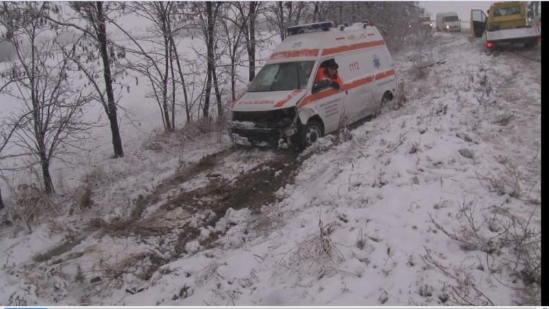 Accident cu două autoturisme şi o ambulanţă. Echipajul medical se întoarcea după ce a lăsat victima unui alt accident la spital - FOTO