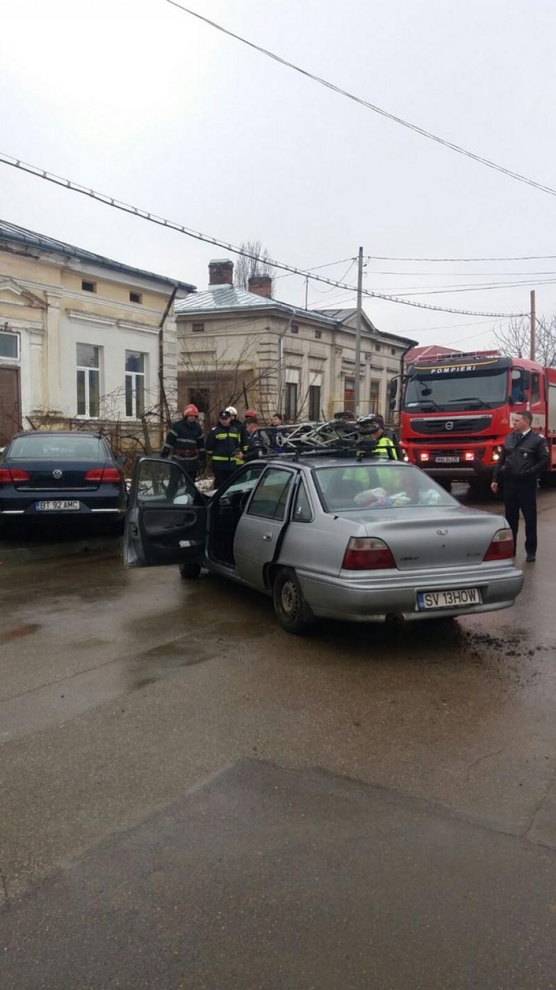 Accident cu două victime într-o intersecţie cu probleme din municipiul Botoşani-FOTO