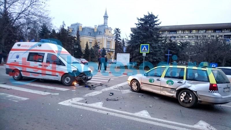 ACCIDENT cu o ambulanță aflată în misiune, în care se afla o femeie gravidă! FOTO