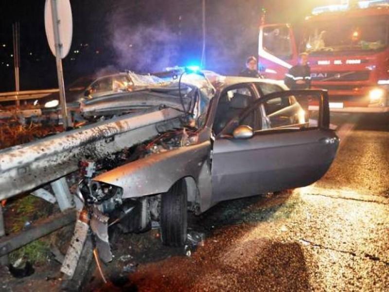 ACCIDENT CUMPLIT în Italia: Mașină strivită de parapetul de protecție, patru români în stare gravă!