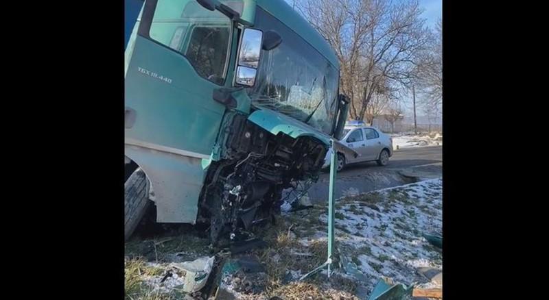 Accident cumplit, soldat cu trei morți. O mașină a fost spulberată de TIR