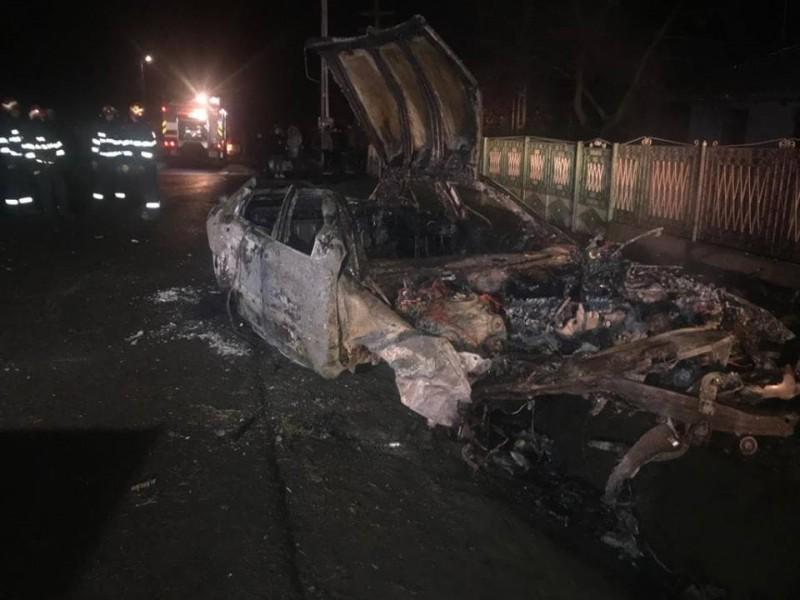 Accident cumplit: Un tânăr a ars de viu în mașină, o fată a ajuns la spital în stare gravă! FOTO