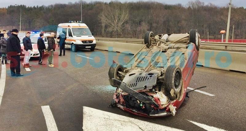 O tânără s-a răsturnat cu maşina la ieşirea din municipiul Botoşani! FOTO